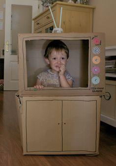 Tele de cartón. DIY. Manualidad para hacer una televisión con una caja de cartón con niños. Muy divertida para jugar. Tutorial handmade paper tv for kids. So funny. My Little Piggies Blog. Pigs&Roses.