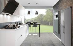 Luxe designkeuken met inbouwapparatuur in aparte wand. Keuken Tires via Grando keukens