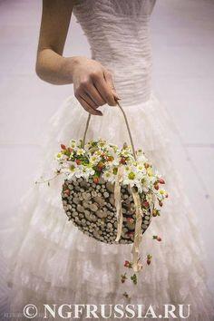 ころんと丸いお花が可愛い♡フラワーバックとフラワーボールをチェック!にて紹介している画像