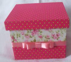 CAIXAS ARTESANAIS E OUTROS MIMOS: caixinha poá e floral rosa