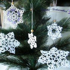 Снежинки для Новогодней елки уже готовы.#снежинки #украшенияручнойработы #елочныеукрашения #елочныеигрушки #фриволите #фотосессия #дляфотосессии #хейдмейд #ручнаяработа #