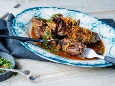 Langtidskokt høyrygg med ingefær og stjerneanis | Godt.no Japchae, Low Carb, Cooking Recipes, Meat, Dinner, Drinks, Ethnic Recipes, Inspiration, Food