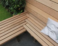schutting loopt over in bank? schutting loopt over in bank? The post schutting loopt over in bank? appeared first on Wood Diy. Wood Bench With Back, Diy Wood Bench, Diy Garden Furniture, Diy Outdoor Furniture, Garden Seating, Outdoor Seating, Corner Bench Seating, Corner Garden Bench, Outdoor Corner Bench