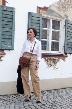 Moderner Safaristil mit Highwaist Hose und Leinenhemd Safari, Paperbag Hose, Neue Outfits, Karen, Blazer, Stockinette, Lady, Timeless Fashion, Mittens