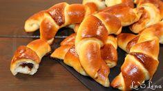Este una dintre preferatele retete de aluat cu drojdie.Cornurile sunt delicioase, pufoase si moi. Voi mai da pe viitor variatii cu acest tip de aluat. Este o reteta dintr-o revista ruseasca, foarte veche, nici nu stiu cum se numea, dar sigur o am de  vreo 10 ani. Pastry And Bakery, Pastry Cake, Romanian Food, Croissant, Sweet Bread, Hot Dog Buns, Doughnut, Nutella, Delicious Desserts