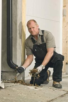 Mike holmes giving women everywhere a new appreciation for mike holmes clearing out the pipes hero solutioingenieria Gallery