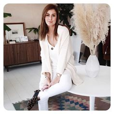 Love wearing all white during winter 🌨 Who's with me? ✋🏼 #girlinfrea