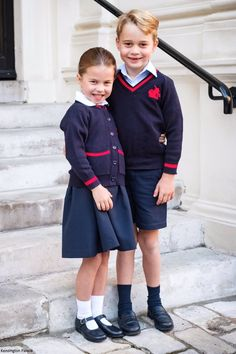 Prince William and Kate Middleton share a new photo of Prince George and Princess Charlotte on their first day of school today. Princesa Charlotte, Princesa Diana, Carole Middleton, Kate Middleton Prince William, Kate Middleton Photos, Lady Diana, Duke And Duchess, Duchess Of Cambridge, Kate Und William