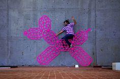 """A artista norte-america Aakash Nihalani utiliza o espaço público da cidade de Nova Iorque como tela para sua obra de arte. Seu trabalho consiste principalmente em colar retângulos, com fita fluorescente, em praças, escadas e em diversos espaços urbanos. As imagens alteram geometria da cidade e se destaca do habitual quebrando a rotina dos nova...<br /><a class=""""more-link"""" href=""""https://catracalivre.com.br/geral/dica-digital/indicacao/colorindo-o-espaco-urbano-de-nova-iorque/"""">Continue lendo…"""