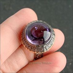 Высокий перстень с аметистом.