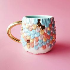 De Katie Marks ya mealucinaron sus tazas a las que se le cristalizaban coloridos mineralesy para versu nueva colección, aun más colorida si cabe, casi tendremos que usar gafas de sol con tanto destello. Katie Marks en ARTNAU