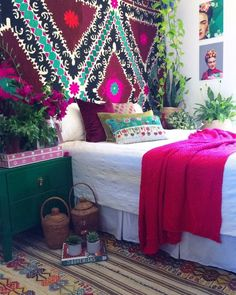 Wall to wall Frida pink goodness! ✌ Our Vintage 'Frida' Suzani draping the walls. Our 'Wanderlust' Vintage Kilim rug on the floor. Our gorgeous pink handcrafted bone inlay box... I mean, HELLO all the boho pretty & pink Tuesday you are a beautiful, bohemian mistress ❤