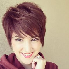 How to style the Pixie cut? Despite what we think of short cuts , it is possible to play with his hair and to style his Pixie cut as he pleases. Short Hair With Layers, Short Hair Cuts, Short Stacked Hair, Shaggy Pixie Cuts, Growing Out Short Hair Styles, Pixie Grow Out, Sassy Hair, Great Hair, Pretty Hairstyles