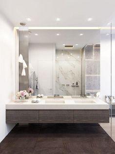 Modernes Badezimmer mit Holz mit Spiegel in einer Nische