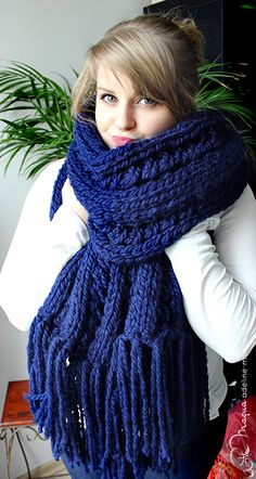 Quand l'hiver est là, je dégaine mes aiguilles à tricoter. From Here To Eternity, Yarn Inspiration, Bonnets, Hand Knitting, Scarves, Crochet Patterns, Sweaters For Women, Projects, Blue