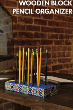 You are going to love this wooden block pencil holder. It's the perfect way to organize your pens and pencils. Stylish and trendy, you can make it to match your room décor. #backtoschool #deskorganization #woodproject #diy #craftproject Diy Dorm Decor, Diy Home Decor Projects, Diy Projects For Teens, Diy For Teens, Crafts For Teens, Easy Diy Projects, Dorm Decorations, Easy Crafts, Wood Projects