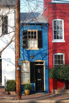 This reminds me of London and the house by the queens weekend home. Yes I said weekend home :)