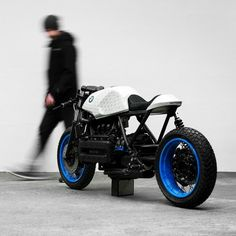 BMW by Impuls + Fabian Gatermann The is a handcrafted motorcycle project from Philipp Wulk and Matthias Pittner aka Impuls in collaboration with the artist Fabian Gatermann. Bmw Cafe Racer, Inazuma Cafe Racer, Cafe Bike, Custom Cafe Racer, Bmw R100 Scrambler, K100 Bmw, R80, Cb750, Custom Bmw