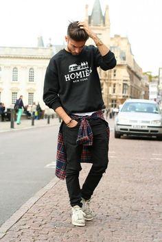 Street style com moletom e camisa xadrez amarrada na cintura. Está muito em alta.