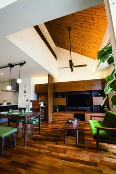 オープンなキッチンと吹抜けのある開放感あふれるリビング。壁面のテレビボードと書斎デスクは、こだわりのオリジナル家具。キッチンの一角に奥様専用コーナーを造りました。|シーリングファン|