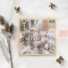 Glazen bewaardoosje goud mr & mrs achternaam modern | Weddingdeco.nl Mr Mrs, Wedding Gifts, Gallery Wall, Frame, Modern, Home Decor, Wedding Thank You Gifts, Homemade Home Decor, Wedding Favors