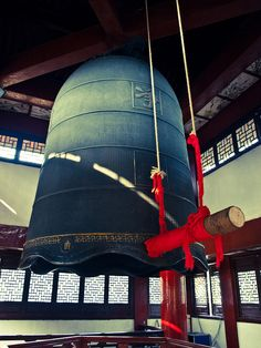 When the New Year arrives, the bells are struck and local residents perform dragon and lion dances in Jingci Temple.