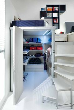 O closet fechado pela porta sanfonada aproveita como ninguém o pequeno espaço no qual foi criado Small Loft Bedroom, Small Teenage Bedroom, Teenage Boy Bedrooms, Raised Beds Bedroom, Boys Bedroom Storage, Loft Bed Storage, High Ceiling Bedroom, Loft Beds For Small Rooms, Teenage Beds
