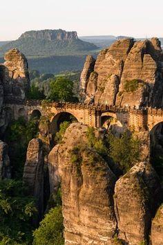 Die Bastei mit der gleichnamigen Brücke im Elbsandsteingebirge