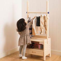 """「すっく」の木製家具はママが使いやすく、子どももひとりで「できる」工夫がいっぱい。お片付けの声かけがしやすい仕様や子どもの成長に合った集中しやすい設計。安全面に配慮し、ホルムアルデヒドを発生させない天然木を使用。角が丸く、安全でやさしい仕上がりです。ワンピースもスッキリ掛けられる!身長に合った高さでお片付けしやすい!フックは色分けされているからママが声かけしやすく、お片付け習慣を身に付けるのにぴったり。ポールや棚板、引き出しの位置を変えられるから、好みに合わせてアレンジ自在!<br><br><a href=""""../../shimajiro/disp/CSfDispListPage_001.jsp?dispNo=005001002&tp=1"""" TARGET=""""blank""""><img src=""""../../tamahiyo/files/utiimg/..."""