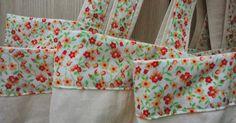 Fiz essas sacolas para levar ao supermercado que dobradinha vira uma carteira bem fofa! E cabe dentro da bolsa, no porta luva do carro, fi... Cheesecake, Quilts, Cotton Tote Bags, Sewing Accessories, Fabric Tote Bags, Fabric Purses, Bathroom Crafts, Diy And Crafts, Fabric Book Covers