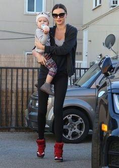 Miranda Kerr lounge wear Black leggings, sneakers, black sweatshirt, layered T-shirts Wedges Outfit, Miranda Kerr Style, All Black Outfit, Black Outfits, Mommy Style, Anja Rubik, Celebrity Moms, Workout Wear, Wearing Black