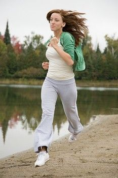 Learn how and why physical exercise could have beneficial benefits to your brain function. Achieve optimal health with proper exercise and fitness. How To Jog, Inner Thight Workout, Jogging In Place, Jogging Shoes, Jogging Tips, Running Injuries, Workout Warm Up, Best Running Shoes, Healthy Lifestyle Tips