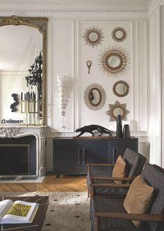 Un salon au style éclectique situé dans un appartement haussmannien à Saint-Germain-des-prés. Plus de photos sur Côté Maison http://petitlien.fr/7ux7