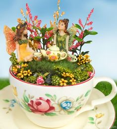Wie niedlich findest du diese kleinen Feengärten in einer Teetasse? Ich habe mich sofort nach hübschen Teetassen umgesehen, damit ich das auch machen kann - DIY Bastelideen