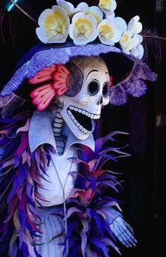 La dia de los muertos es una dia que es decora com cráneos y trajes.