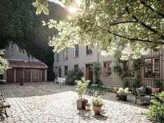 my scandinavian home: An Idyllic Swedish Apartment In A Hidden Courtyard Swedish Cottage, Swedish House, Scandinavian Apartment, Scandinavian Home, Fishermans Cottage, Swedish Interiors, Patio Interior, Cottage Kitchens, Dream City