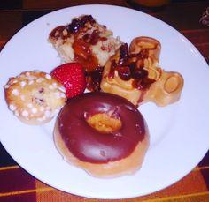 Lembranças do melhor café da manhã de Orlando! Ah, esse foi apenas o último pratinho que montei 😋 O Boma Flavors Of Africa é um…