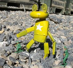 Cool robots made from recycled materials by US soldier!
