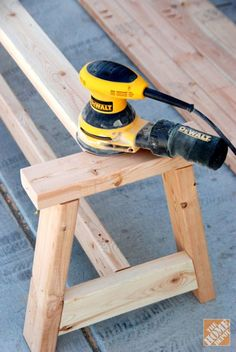 Gartentisch Sanding the edges of the farmhouse bench DIY project Selecting area rugs for your home o Diy Wood Projects, Furniture Projects, Diy Furniture, Furniture Design, Farmhouse Bench, Farmhouse Furniture, Woodworking Furniture, Woodworking Projects, Woodworking Plans