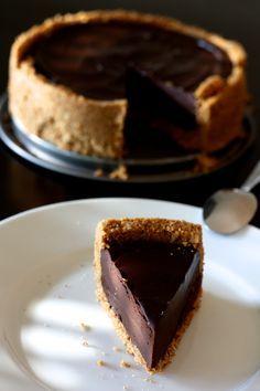 Ça faisait bien longtemps que je n'avais pas fait de tarte au chocolat... Cette recette est tellement facile à réaliser que vous n'aurez pas d'excuse! Comme il me restait des biscuits et que j'avais la flemme de faire une pâte sablée ( ben oui je travaille beaucoup e