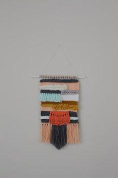 Ce beau tissage est constituée d'un mélange de laine et de fibres et de laine mérinos.  Cette pièce mesure environ 9,5 pouces et 16 pouces de long tandis que la cheville est de 12 pouces.  Ces tapisseries font la pièce déclaration parfaite dans votre maison si vous l'utiliser pour un mur de la Galerie, chambre d'enfant, Bureau à domicile ou juste un morceau de stand-alone. Vous ne pouvez pas vous tromper avec ces belles couleurs et quelque chose qui est fait à la main
