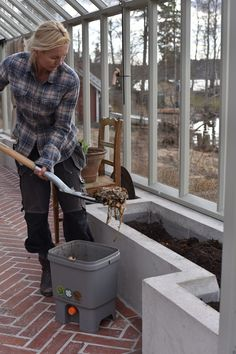 Jordförbättringar i växthuset Build A Greenhouse, Greenhouse Gardening, Exterior, Farm Gardens, Garden Design, Shed, New Homes, Home Appliances, Outdoor