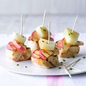 Spanish Apple And Manchego Tapas ~ Pink Lady. Crisp apple wedges chargrilled are the perfect partner to the Spanish manchego cheese. Inspired by the Spanish growing region for apples From: Red Online Webpage has a convenient Pin It Button Spanish Appetizers, Spanish Tapas, Spanish Food, Spanish Cheese, Mexican Tapas, Canapes Recipes, Appetizer Recipes, Party Recipes, Easy Canapes