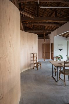 Built in the Hyogo Prefecture in this property is a reconfiguration of a traditional Japanese wooden house. Internally, only curved plywood walls are used to define the living spaces. Plywood Interior, Plywood Walls, Plywood Furniture, Modern Furniture, Furniture Design, Architecture Design, Traditional Japanese House, Curved Walls, Japanese Interior