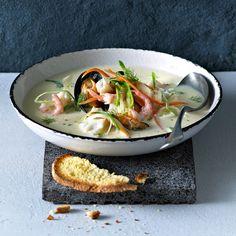 En nydelig fiskesuppe med skrei som har alle ingrediensene som en god fiskesuppe skal ha: hvitvin, fiskekraft, fløte og crème fraîche.