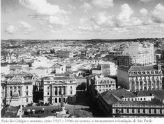 Entre 1925 e 1930 - Pátio do Colégio e entorno. No centro da praça o monumento à fundação da cidade de São Paulo. Foto de autoria desconhecida. Acervo do Instituto Moreira Salles.