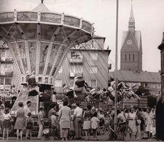 Und es geht rund: Beim ersten Altstadtfest im Jahr 1970 vergnügten sich die Hannoveraner unter anderem im Kettenkarussell mit Blick auf die Marktkirche | Quelle: Wilhelm Hauschild