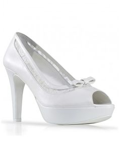 Zapato de novia en piel con tira de encaje