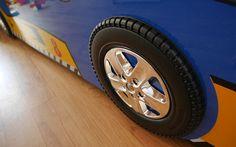 Un lit voiture bleu avec de vraies roues chromées qui tournent à retrouver sur le blog. Si vous souhaitez faire une décoration de chambre d'enfant sur le thème des voitures, ce lit est idéal... ! Un lit voiture pas cher qui ravira vos enfants et les amusera beaucoup. Facilitez le passage au lit de grand et le sommeil grâce à un lit qui leur ressemble.  #LitVoiture #ChambreEnfant