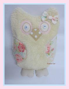 Almofadinha coruja feita em pelúcia carapinha e tecido.